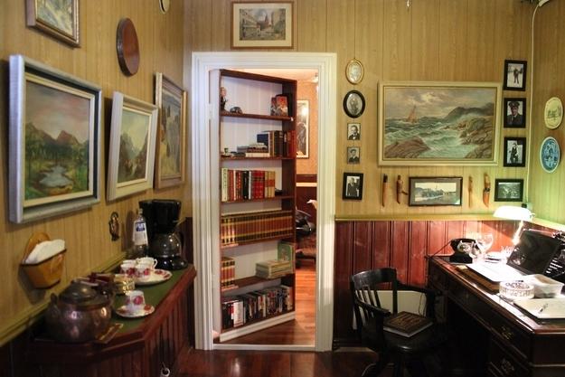Потайная дверь в кабинете