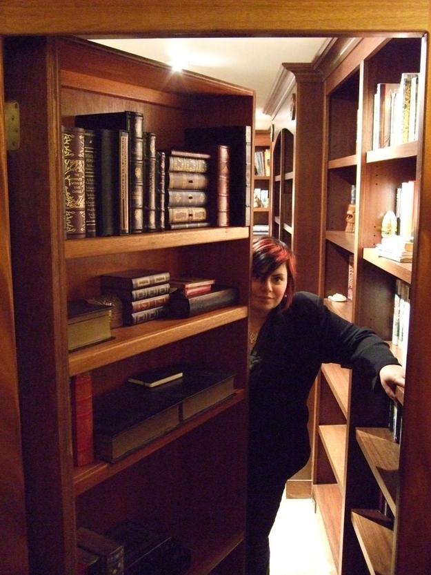 Библиотека за книжным шкафом