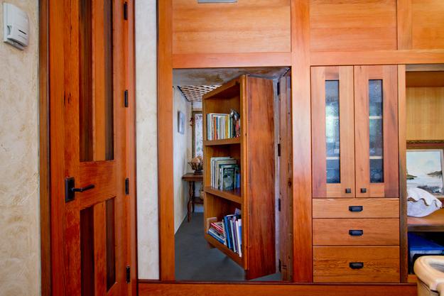 Скрытый ход в книжном шкафу