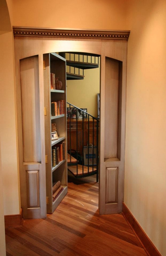 Лестница за скрытой дверью