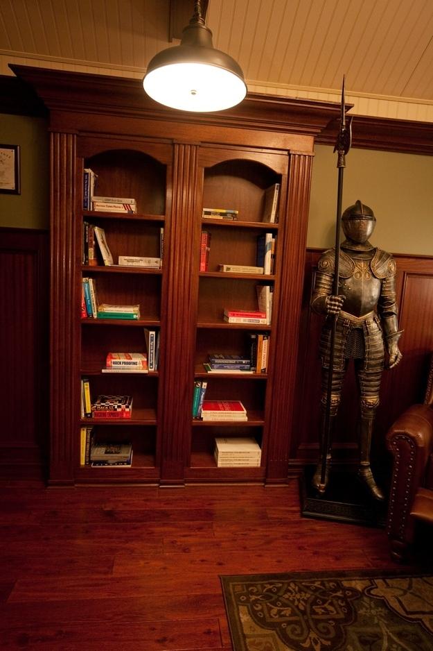 Книжный шкаф и средневековый рыцарь