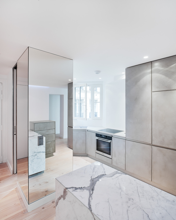 Большое зеркало на кухне