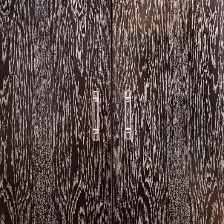 Дверцы шкафа из тёмного дерева
