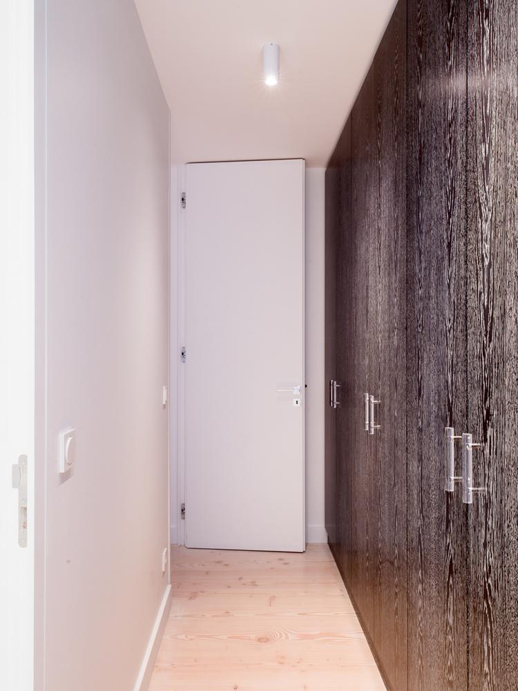 Большой шкаф вдоль стены