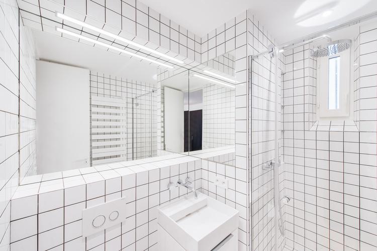 Большое зеркало с подсветкой в ванной