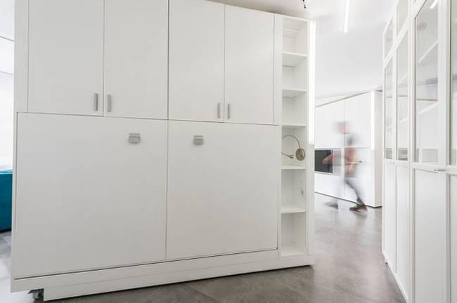 Интерьер квартиры со стенами-трансформерами в стиле минимализм