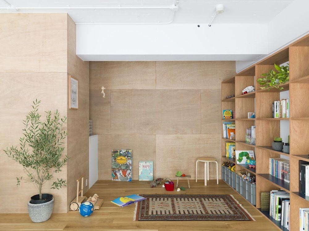 Стеллаж из деревянных панелей в гостиной