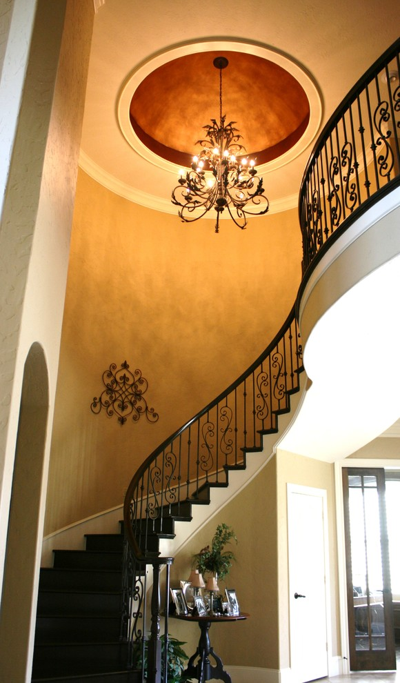 Роскошная люстра над винтовой лестницей