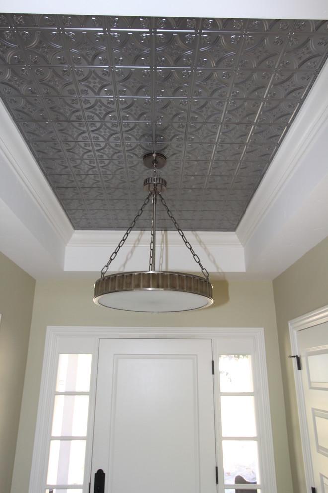Оловянный потолок в прихожей