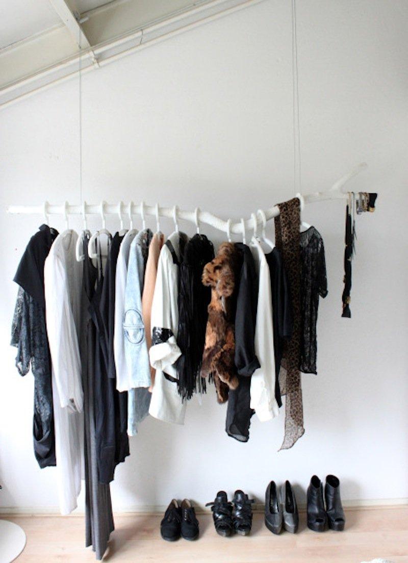 Подвесная гардеробная в спальне