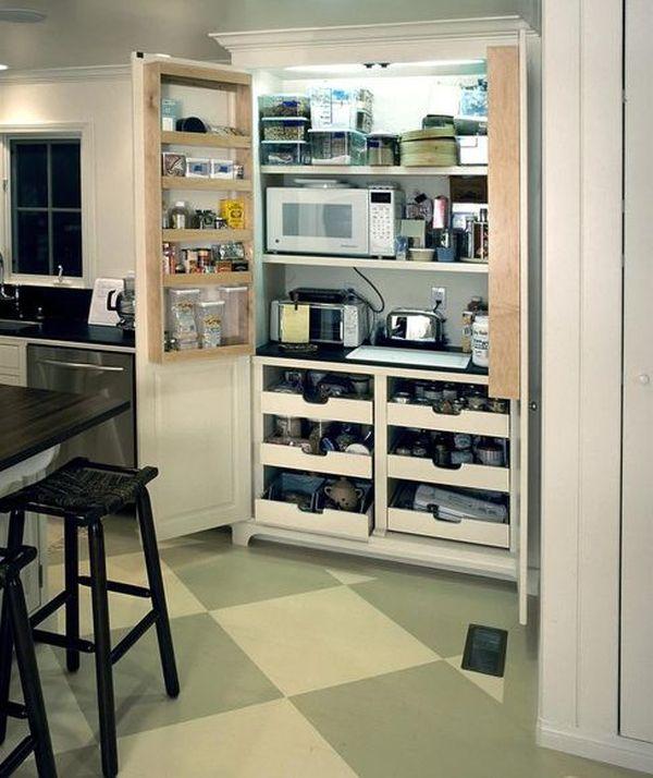 Микроволновая печь в кладовке