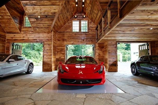 Роскошные автомобили в деревянном гараже