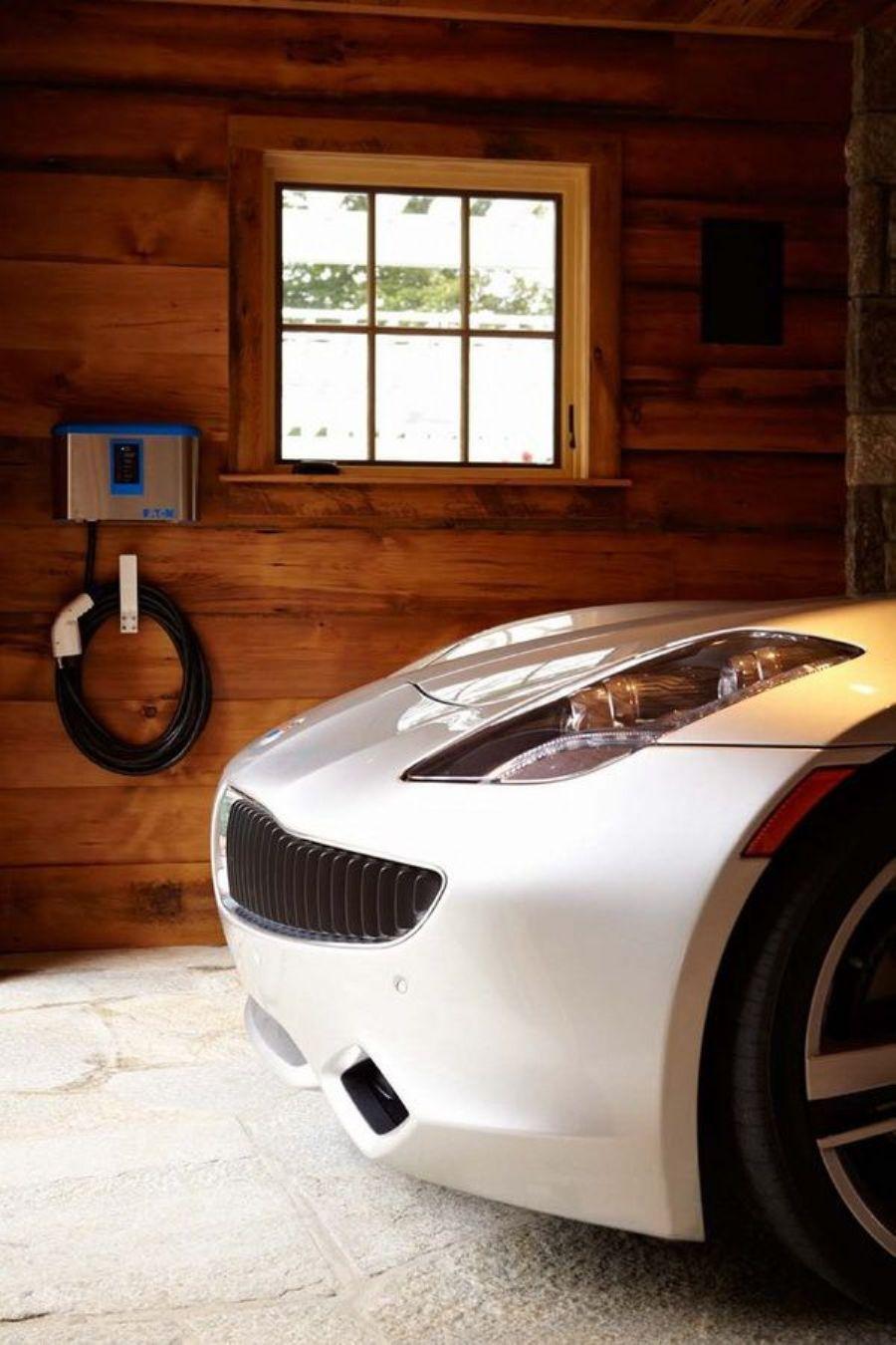 Зарядный порт для электромобиля на стене
