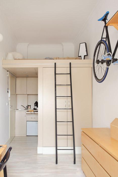 Спальня под потолком в интерьере маленькой квартиры