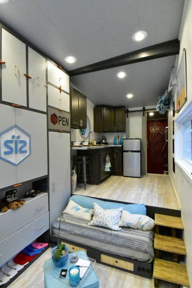Дизайн интерьера маленького дома: фото. Диван можно свободно спрятать в кухонной платформе, освобождая дополнительное место