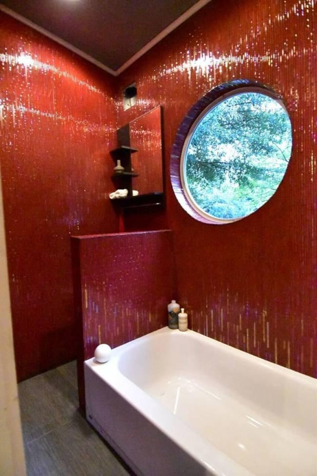 Дизайн интерьера маленького дома: фото. Яркие стены в ванной
