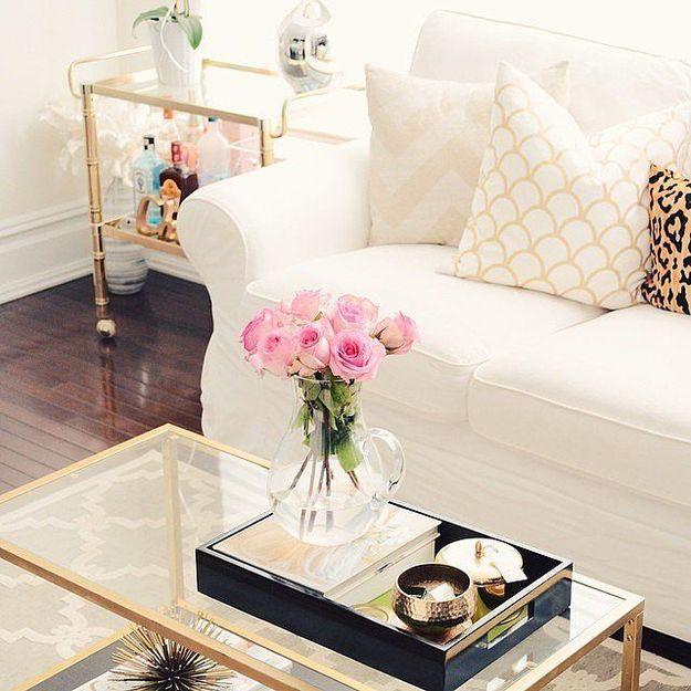 Белый диван и прозрачные столики