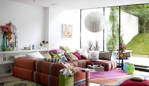 П-образный диван в светлой гостиной