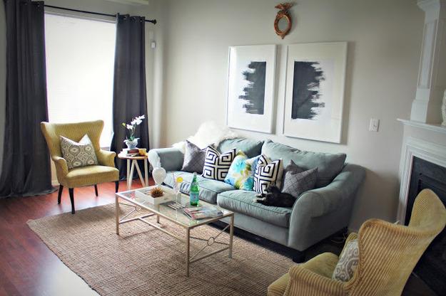 Мебель на ножках в гостиной с камином