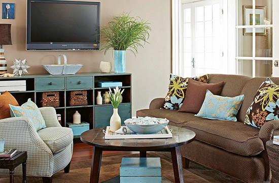Сочетание шоколадного и голубого в оформлении гостиной
