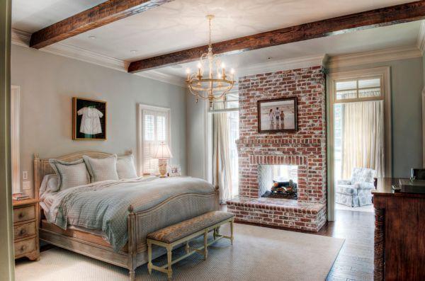 Камин в классической спальне