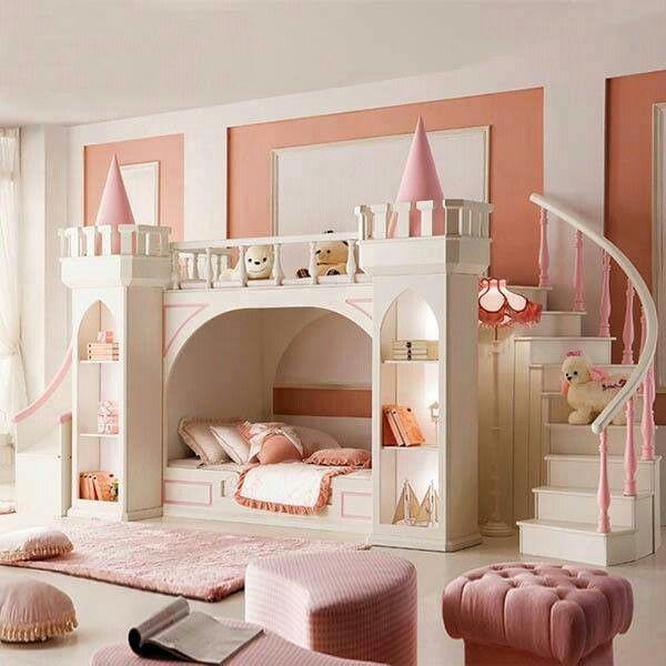 Оригинальная кровать-замок в детской