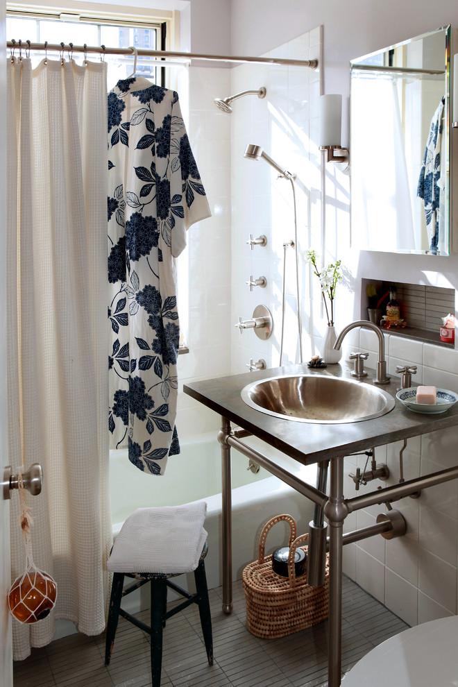 Шкафчик под раковину из металлических труб в ванной