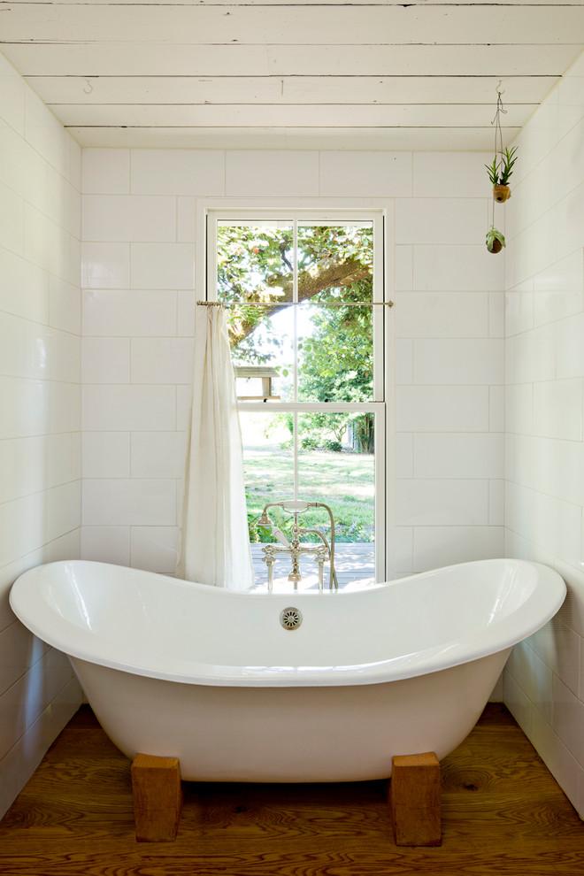Большая ванна у высокого окна