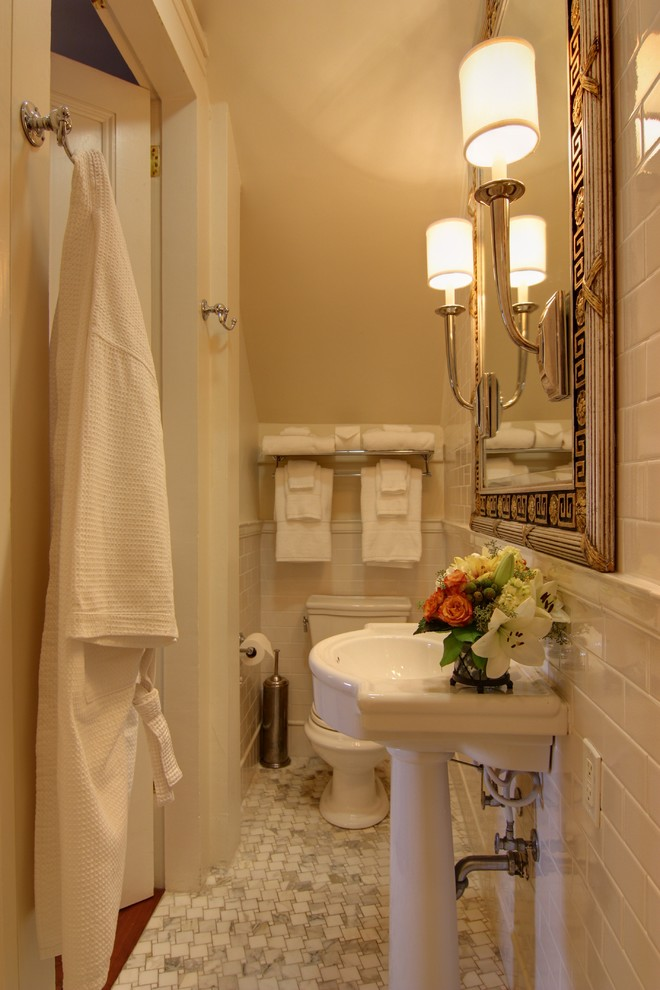 Узкая ванная, переделанная из кладовки