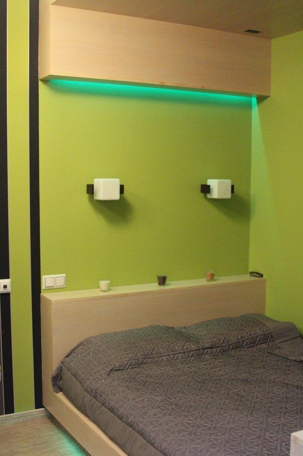 Зелёная подсветка над кроватью в спальне