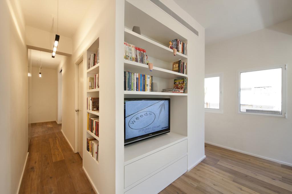 Стеллажи в небольшой квартире-студии