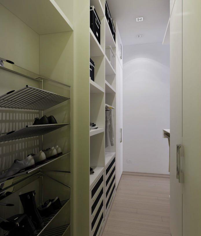 Гардеробная небольшой квартиры-студии в Киеве