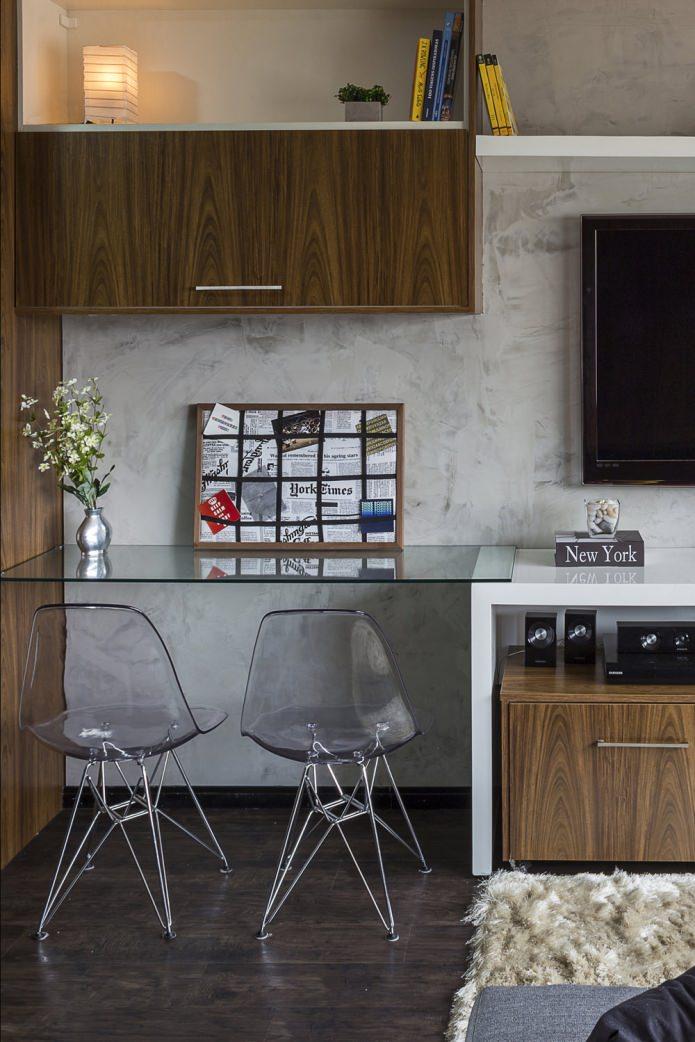 Стеклянная рабочая поверхность в квартире-студии
