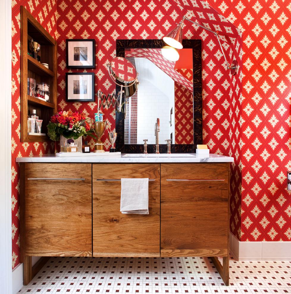 Ярко-красные обои в ванной