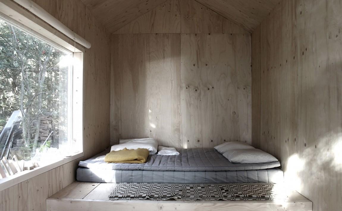 Спальня мини-дома Ermitage Cabin в Швеции