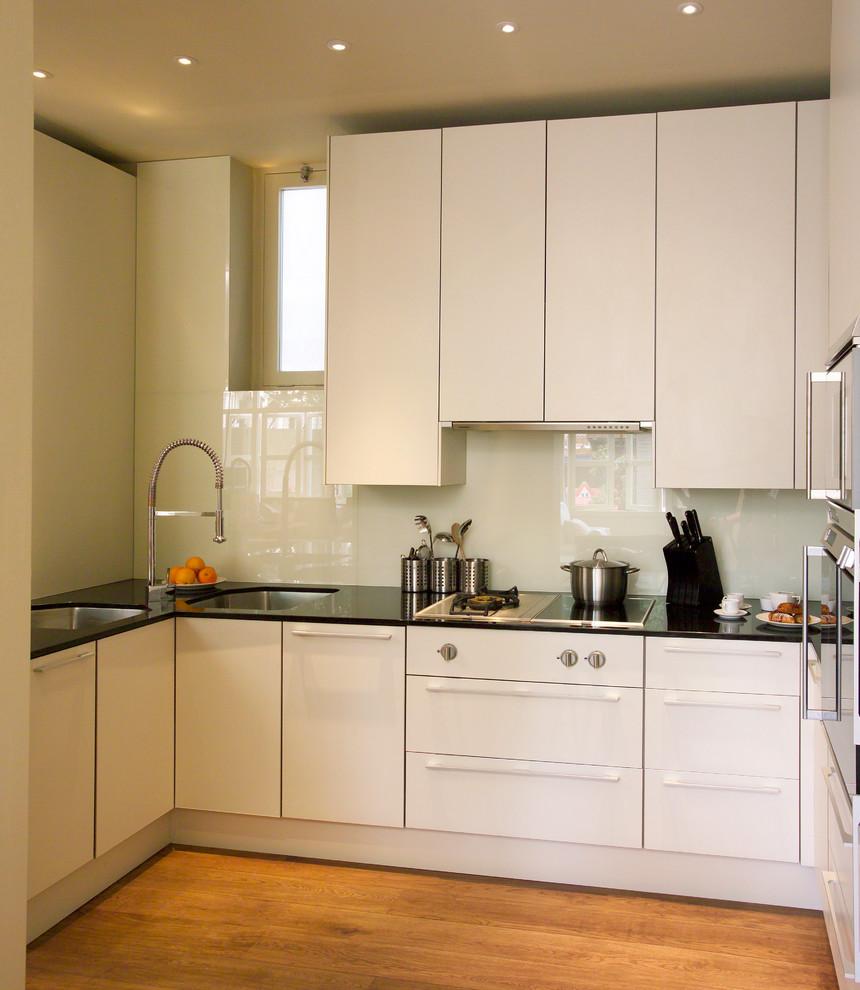 Высокие вертикальные антресоли на кухне