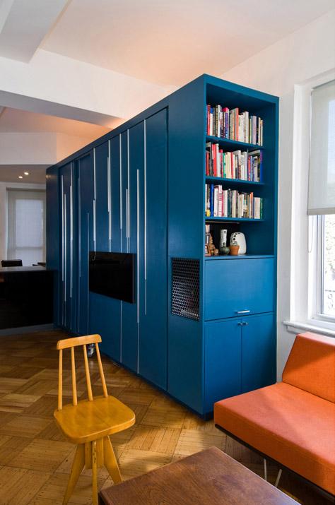 Книжный шкаф в интерьере гостиной