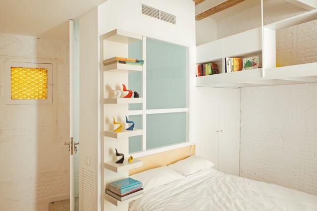 Проект мини квартиры: белый кирпич в отделке спальни