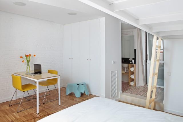 Проект мини квартиры: рабочий уголок в спальне