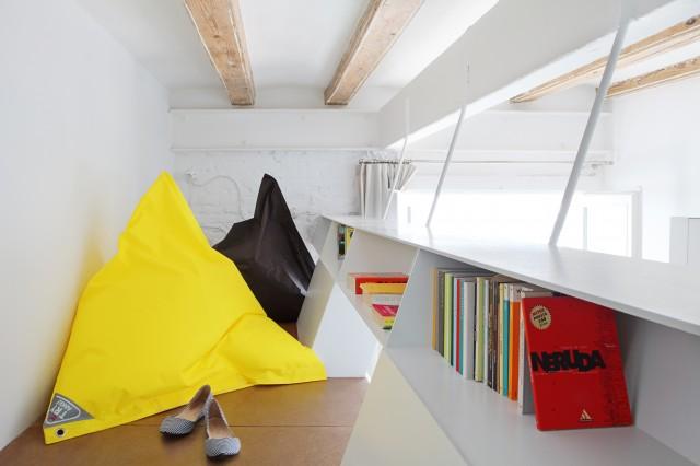 Проект мини квартиры: яркие подушки в интерьере