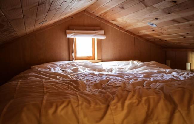 Спальня под потолком в очень маленьком доме