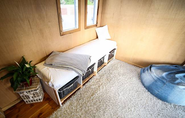 Проект очень маленького дома на колесах: функциональная мебель