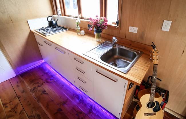 Проект очень маленького дома на колесах: кухонная мебель