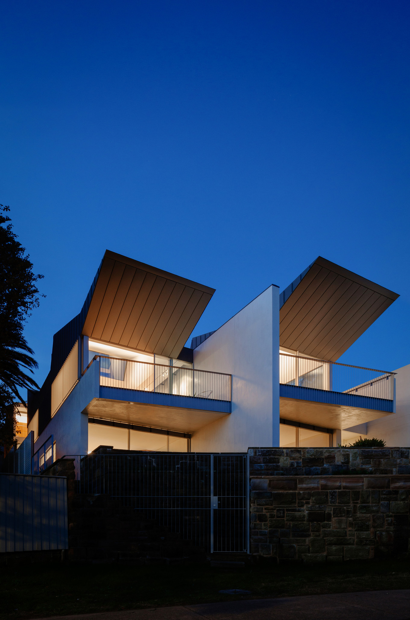 Внешний вид узкого двухэтажного дома