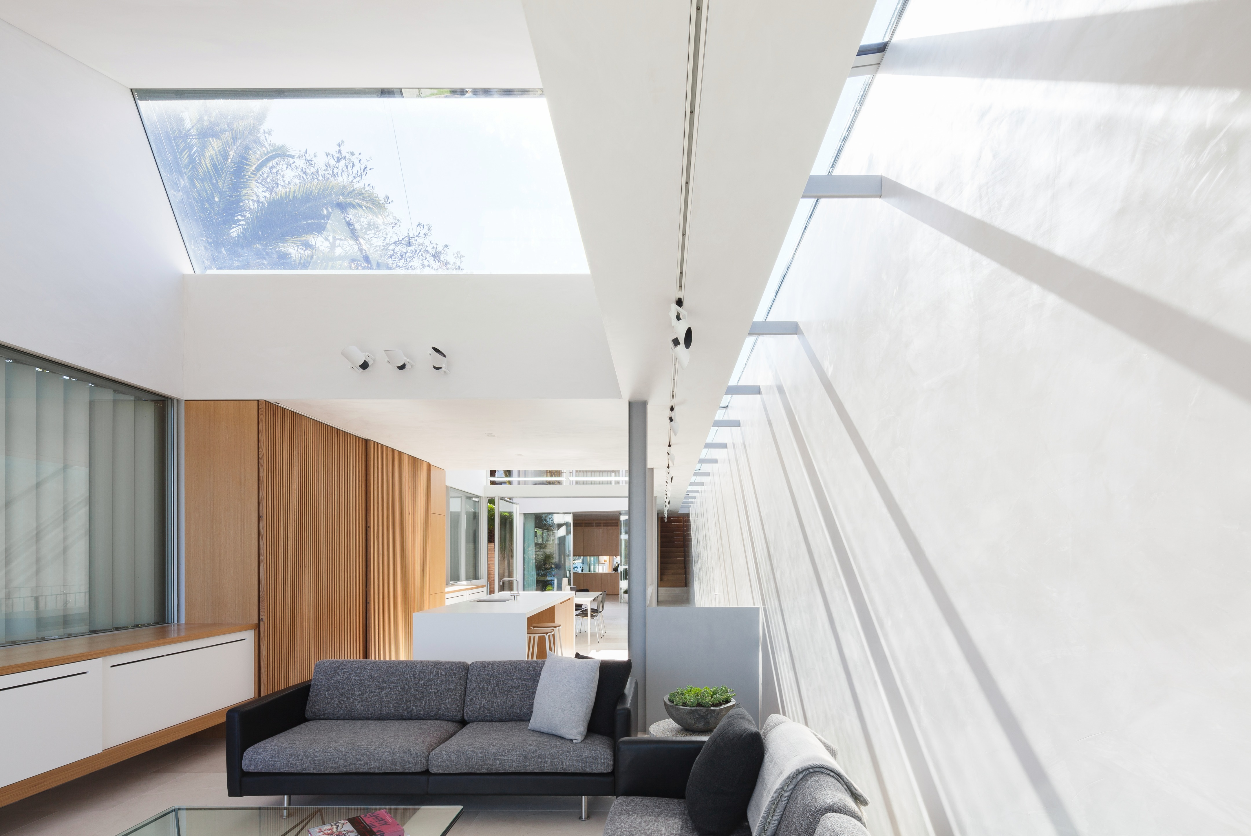 Интерьер гостиной в узком двухэтажном доме