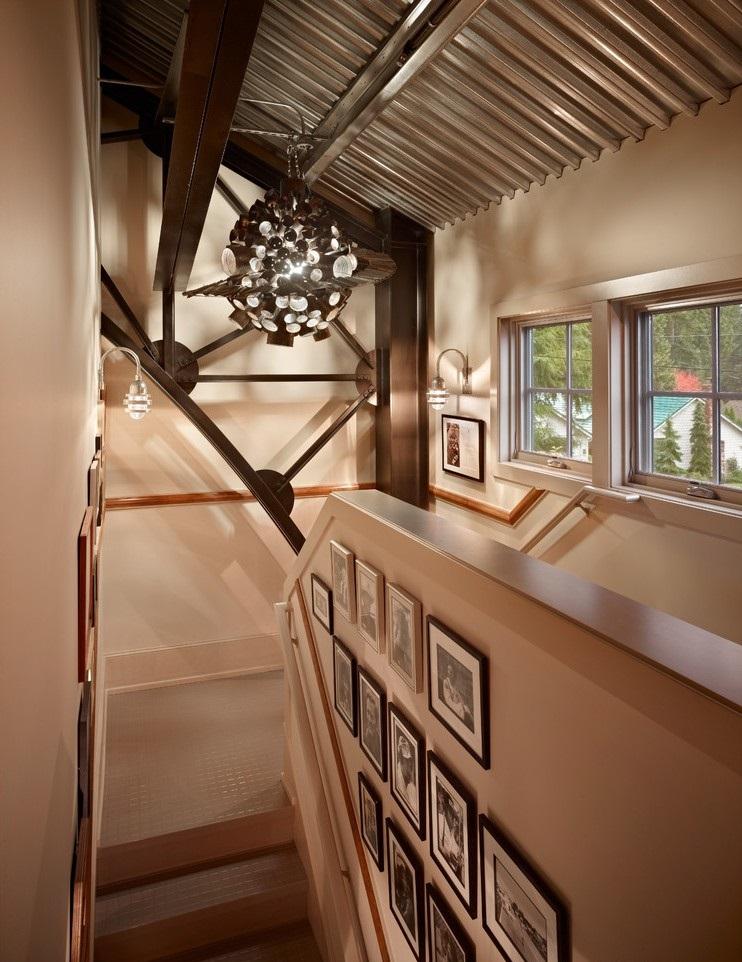 Фотографии на стене вдоль лестницы