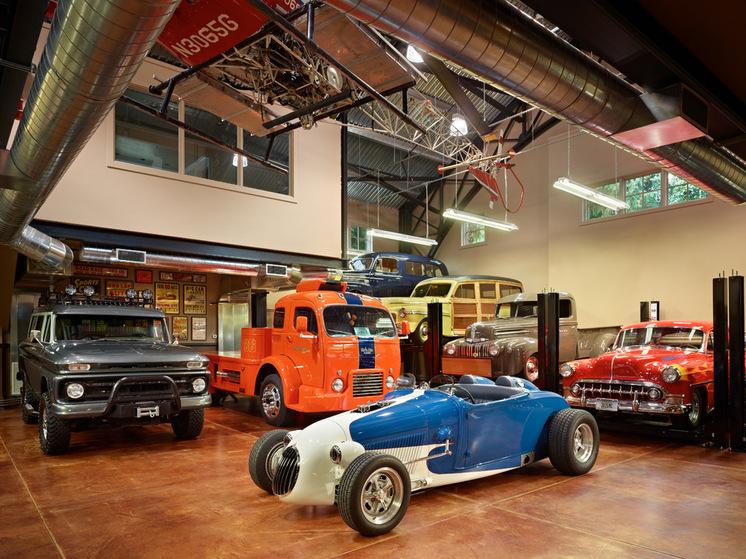 Раритетные автомобили в гараже