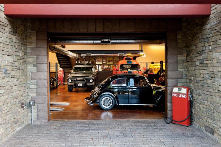 Автомобили при входе в гараж