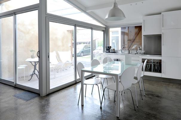 Белая кухня в гараже
