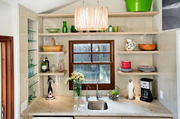 Открытые полки для посуды на кухне